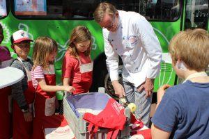Bäckermeister Jan Henning Körner von Ihr Finkenwerder Bäcker Körner schält frische Äpfel aus dem Alten Land